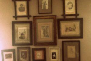 Detalle de pared con fotografías antiguas enmarcadas