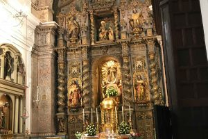 imagen del interior de la iglesia del convento de santa Ana de Sevilla